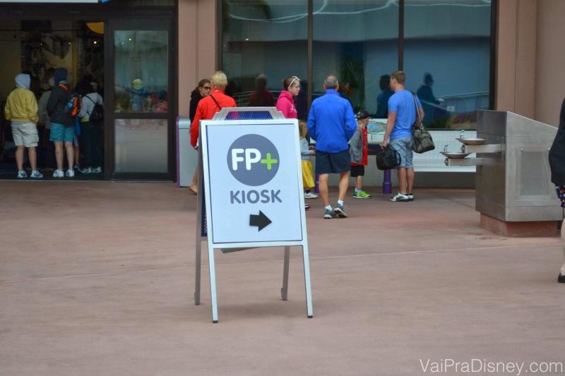 Para procurar um Kiosk do Fastpass+, basta seguir as setas espalhadas pelos parques nessas placas