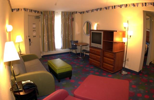 """Family Suite (""""quarto família"""") do Disney's All Star Music. Esses sofás se transformam em camas. Não é a opção mais confortável mas é com certeza uma alternativas econômica para hospedar a família toda dentro da Disney."""