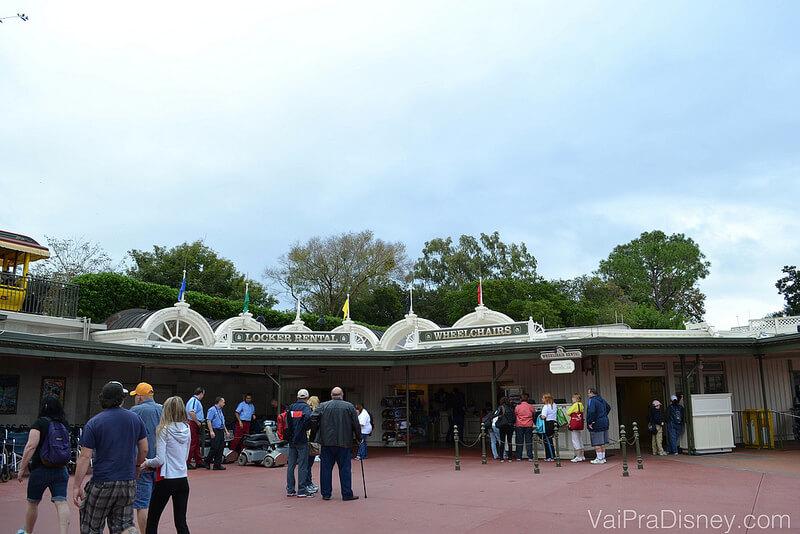 Entrada do Magic Kingdom logo depois da abertura. Pouca gente na entrada, menos ainda nas filas.