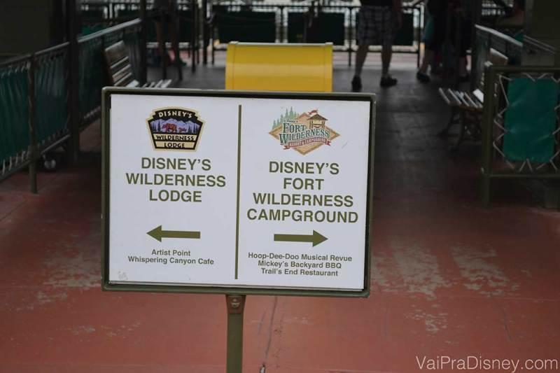 Foto das placas no pier que te dá acesso aos barcos, indicando o Wilderness Lodge de um lado e o Fort Wilderness do outro
