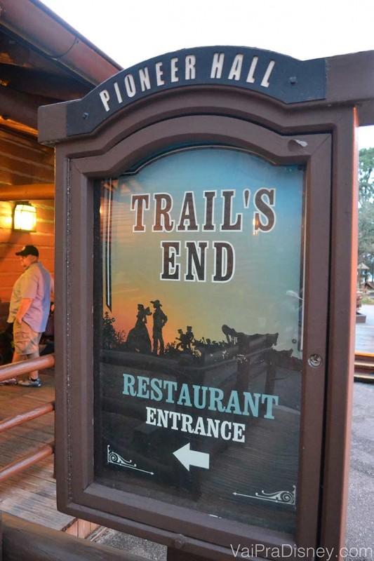 Foto da placa na entrada do Trail's End, no Fort Wilderness