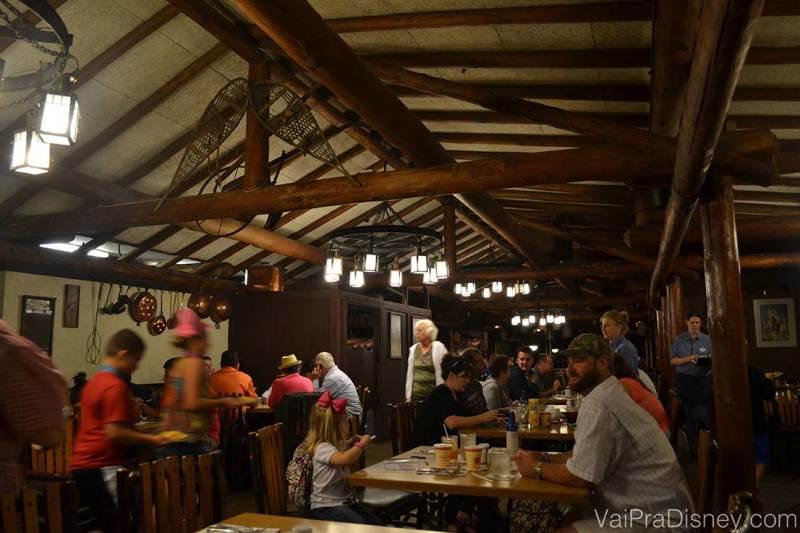 Foto mostrando o interior do Trail's End e a decoração rústica do restaurante.