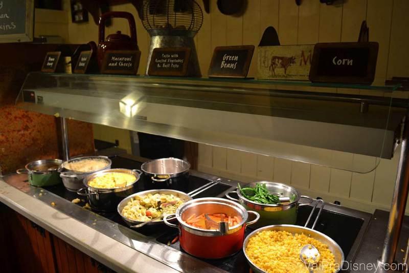 Foto das opções do buffet do Trails End como milho, vagem, macarrão, arroz, entre outros