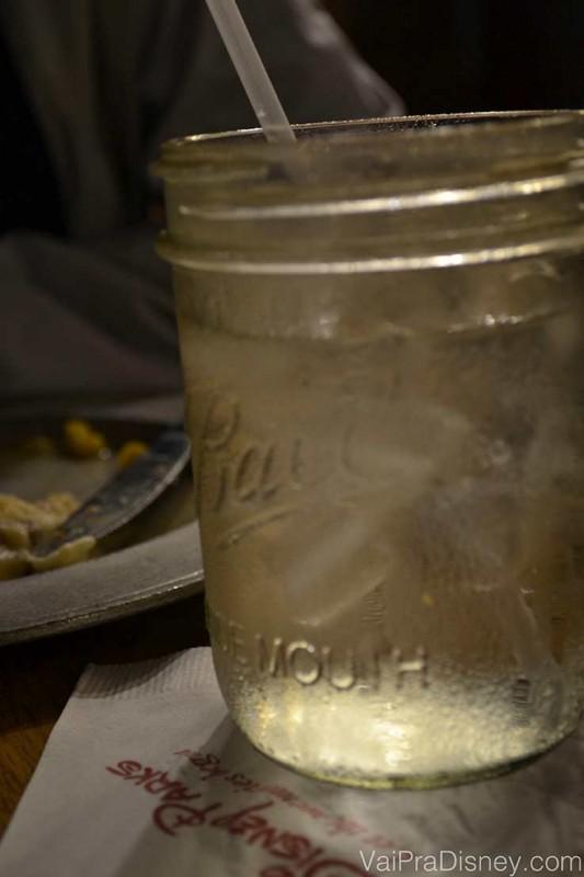 Disney sempre atenta aos detalhes, inclusive nos restaurantes: prato de metal e copos no formato de potes de geléia.
