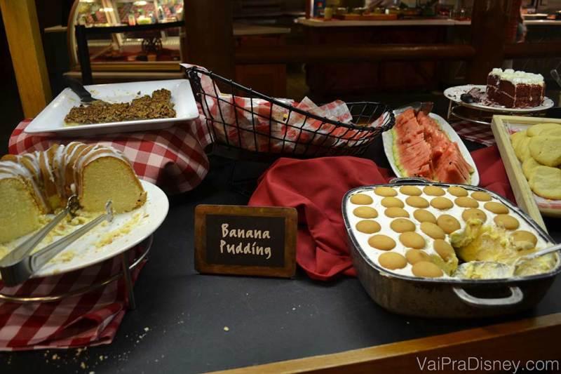 Foto do buffet de sobremesas do Trail's End, com bolo e Banana Pudding.