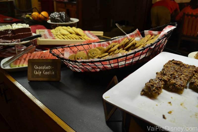 Foto do buffet de sobremesas do Trail's End, com cookies e brownies