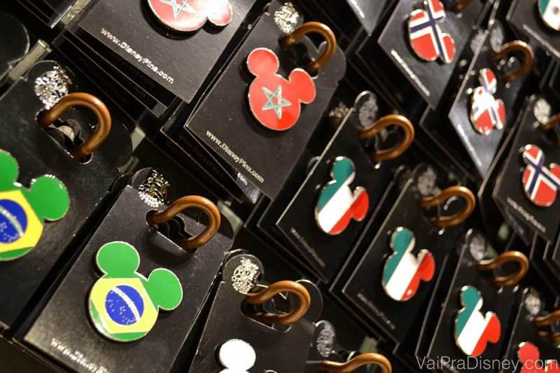 Entre as muitas opções de pin está a bandeira do Brasil no formato do Mickey.