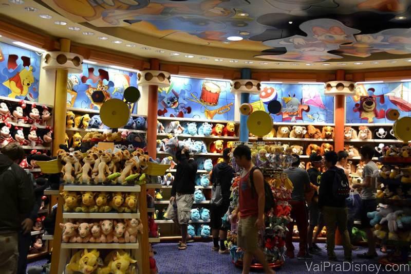 As lojas da Disney são super completas, mas são também mais caras. Deixe para comprar o máximo possível nos supermercados e guarde as compras no complexo apenas para itens muitos especiais.