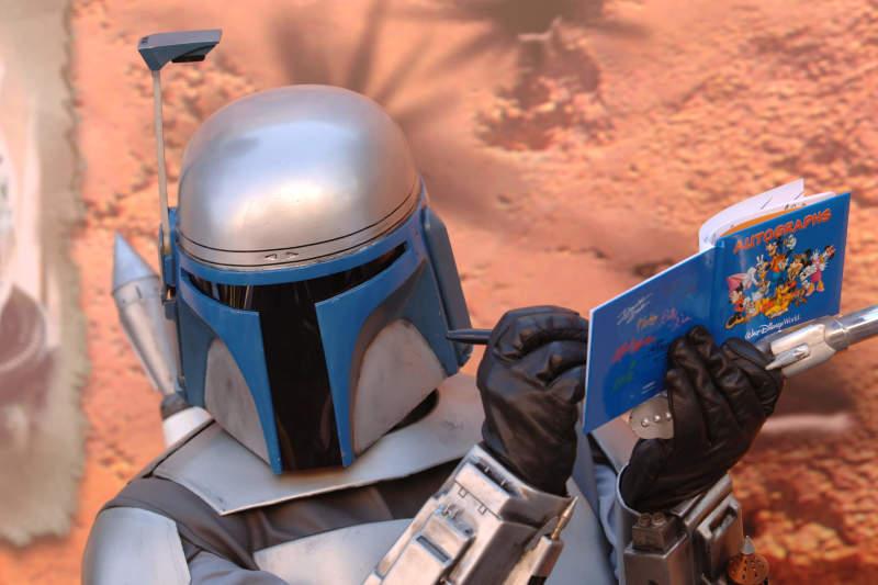 Personagem do Star Wars dando autógrafo para algum visitante