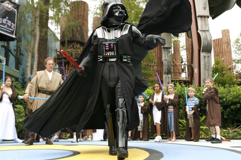 Dart Vader, o vilão do Star Wars brinca com as crianças