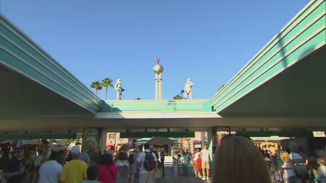 """Startroopers """"vigiam"""" o Hollywood Studios de cima da entrada do parque"""