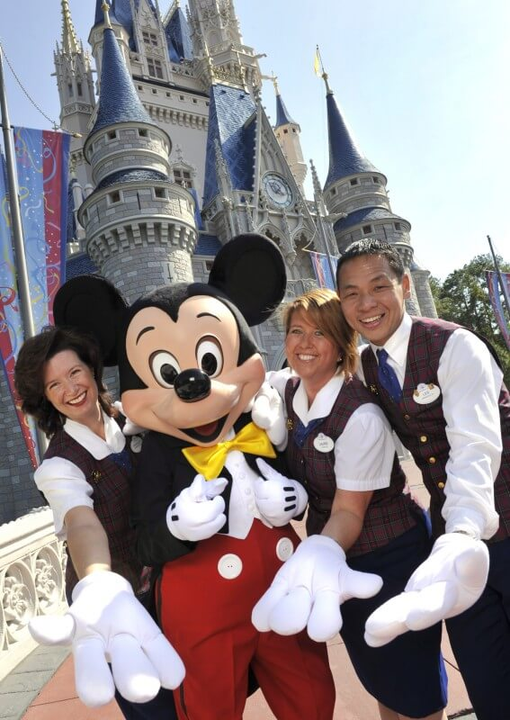 Foto dos Guest Relations da Disney que fazem os VIP Tours acompanhados do Mickey em frente ao castelo da Cinderela. Foto: divulgação Disney