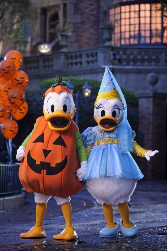 Donald e Margaridas, a carater para a festa de Halloween do Magic Kingdom. Foto de divulgação Disney