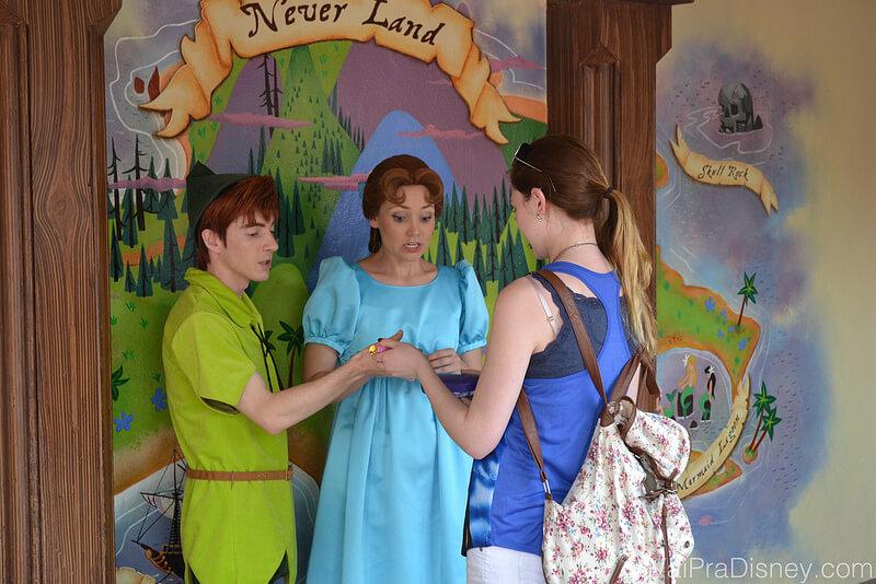 Outra foto que tirei no Magic Kingdom, de uma pessoa tirando foto com Peter Pan e Wendy