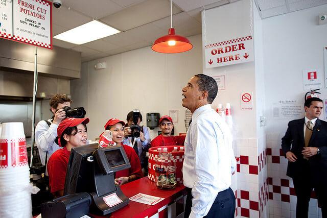 Obama com sua comitiva no Five Guys que fica perto da Casa Branca. Foto: Embaixada dos EUA na Bolivia