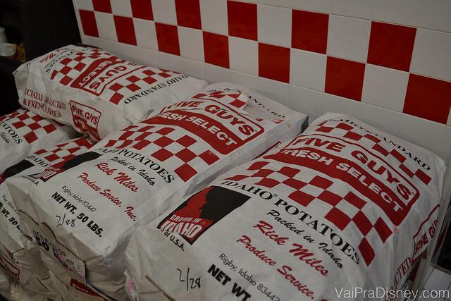 Foto dos enormes sacos de batatas que são diariamente cortadas e fritas nas lojas