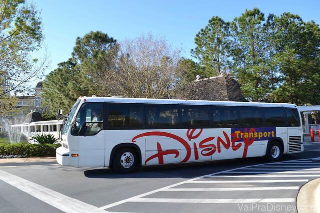 Os ônibus são o transporte mais usado para os hóspedes circularem pelo complexo Disney.
