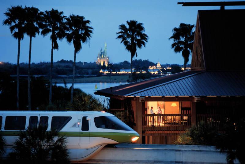 Os monorails ajudam no transporte entre o Magic Kingdom e o Epcot. Para os outros parques, a Disney disponibiliza ônibus gratuitos.