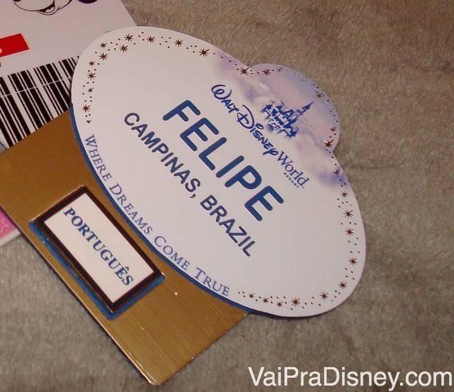 Como trabalhar na Disney? Foto do crachá do Felipe quando ele trabalhou na Disney, indicando que ele é de Campinas, Brasil e embaixo, que fala português.