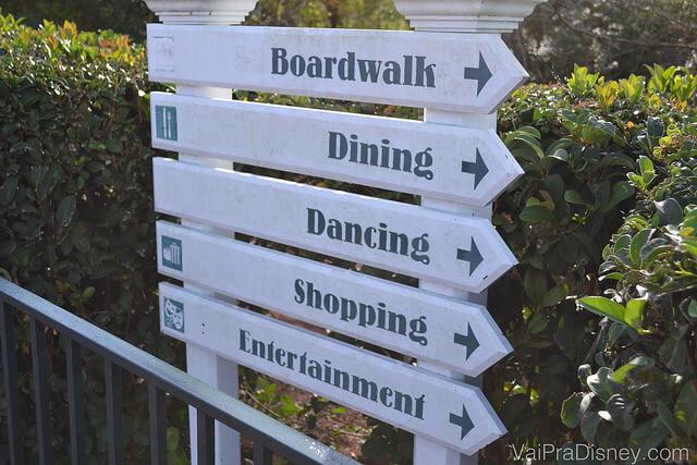 Foto das placas que indicam as inúmeras opções de atividades ao redor do Beach Club, como o BoardWalk, restaurantes, compras etc