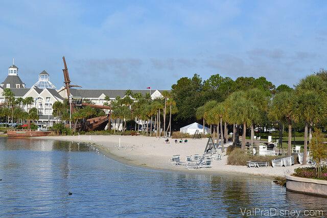 """Foto da praia artificial que fica na beirada do Crescent Lake, e ao fundo o """"navio encalhado"""" que é na verdade um playgroud."""