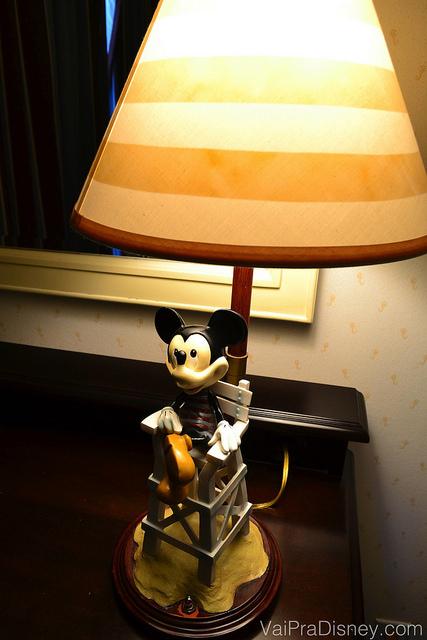 """Outro detalhe: o abajur com o """"Mickey Salva Vidas"""" como suporte"""