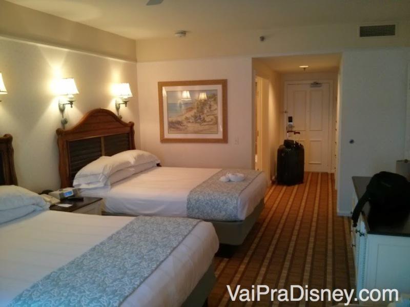 Foto do quarto com duas camas queen do Beach Club. Camas e quarto bem grandes.