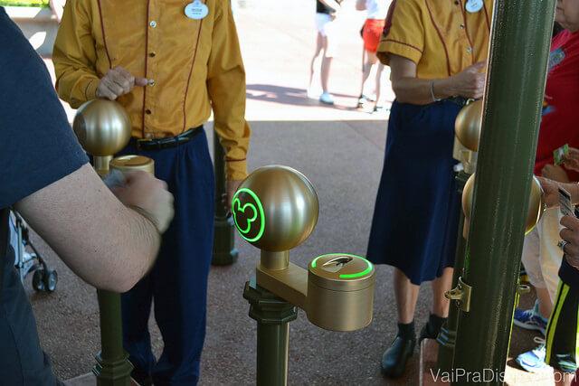 Entrando no parque com a MagicBand. Quando o Mickey fica verde a entrada é liberada
