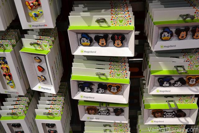 Foto dos pins para colocar nos buraquinhos da MagicBand à venda em uma loja