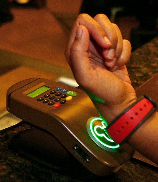 Comprando com a MagicBand. Só tome cuidado para não perder o controle :) Foto: The New York Times