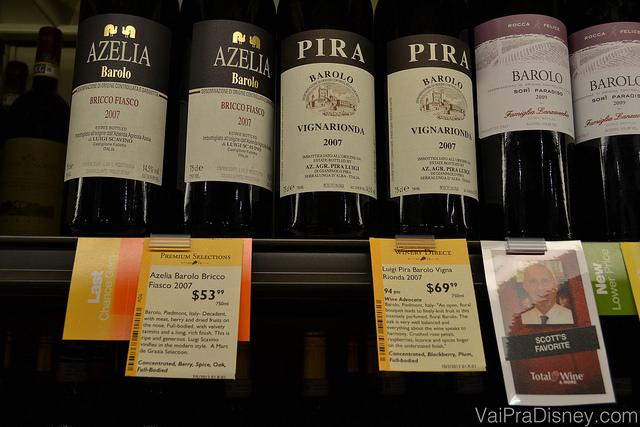 Etiquetas que dão mais informações dos vinhos, mostram as recomendações dos funcionários e até mesmo a pontuação de acordo com os rankings internacionais