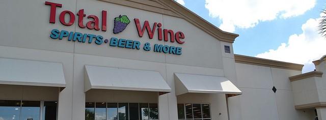 Fachada da loja Total Wine, que fica próxima ao shopping Mall at Millenia - Loja de vinhos