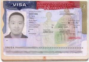 Exemplo de visto de turismo americano. Foto: Shujenchang. O visto tem uma foto do proprietário, um homem, e seus dados ao lado.