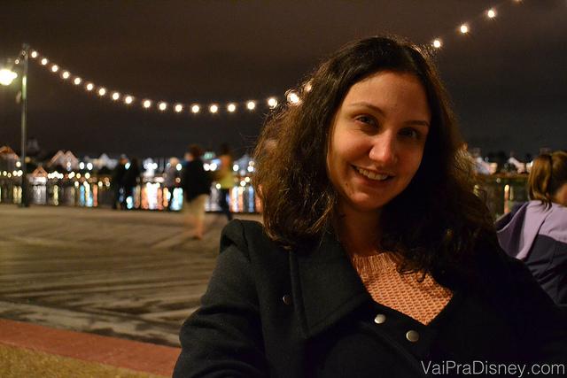 Foto da Renata ao ar livre no Big River, com as luzes do BoardWalk atrás dela