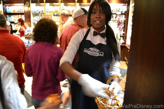 A moça da Ghriardelli entregando o chocolate. Até hoje ela não entendeu porque tinha um turista (o Fe) tirando foto dessa cena. :)