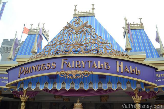 Foto da entrada do Princess Fairytale Hall, onde é possível tirar fotos e pegar autógrafos com as princesas