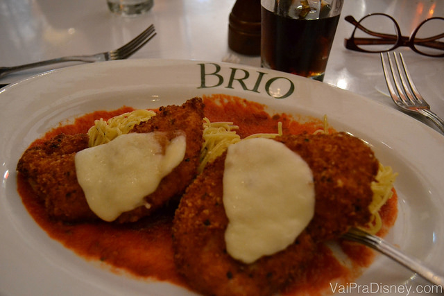 Prato com o Chicken Milanesa do Brio