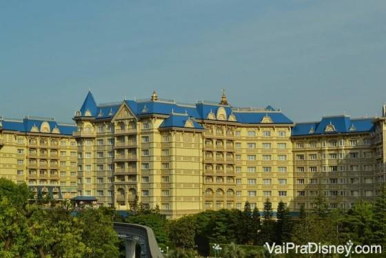 Foto de um dos hotéis da Disney de Tóquio, o Tokyo Disneyland Hotel, pintado de bege claro com detalhes em azul e dourado