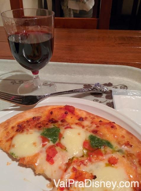 Pizza e vinho para encerrar a noite em um dos mais impressionantes parques da Disney