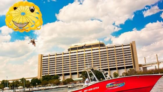 Foto de visitantes realizando parasailing no lago em frente a um dos hotéis da Disney. Foto: divulgação Disney