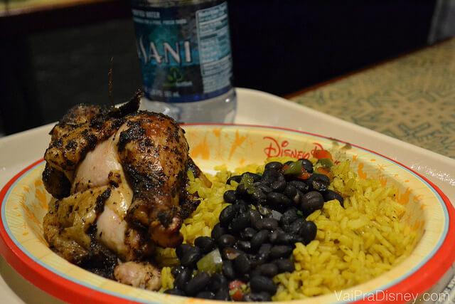Foto do prato com o Oak-grilled rotisserie chicken with black beans and yellow rice. O famosos frango de padaria com um arroz e feijão que pouco lembra o brasileiro.