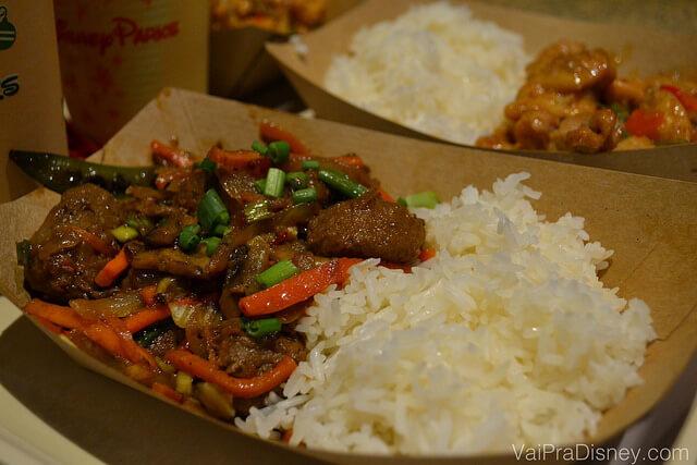 Foto do prato Mongolian beef with vegetable fried rice. O arroz com pouco tempero compensa a carne apimentada.
