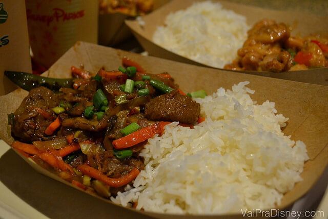 Mongolian beef with vegetable fried rice. O arroz com pouco tempero, compensa a carne apimentada.