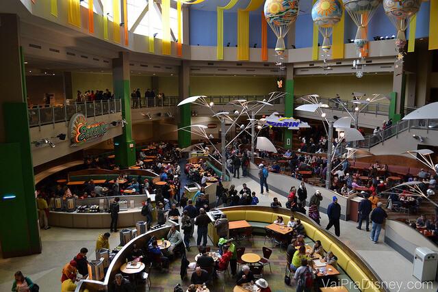Foto da praça de alimentação do Epcot onde fica o Sunshine Seasons, bem ampla e com balões coloridos na decoração
