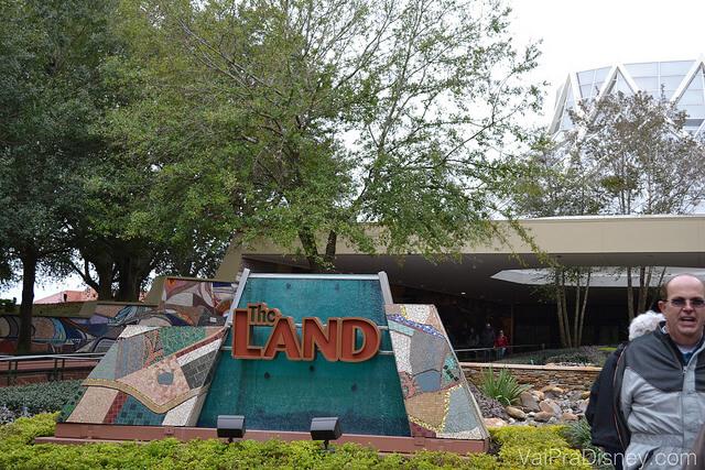 Foto da placa do pavilhão The Land, que abriga o Soarin', Garden Grill e o Sunshine Seasons no Epcot