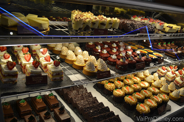 Prateleiras com sobremesas do Sunshine Seasons. O difícil é escolher uma.