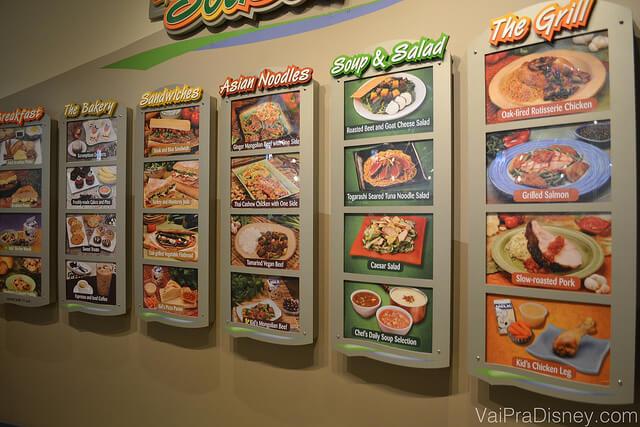 Foto do cardápio na parede do Sunshine Seasons, mostrando várias opções de comidas frescas e saudáveis, dividido entre as 6 estações