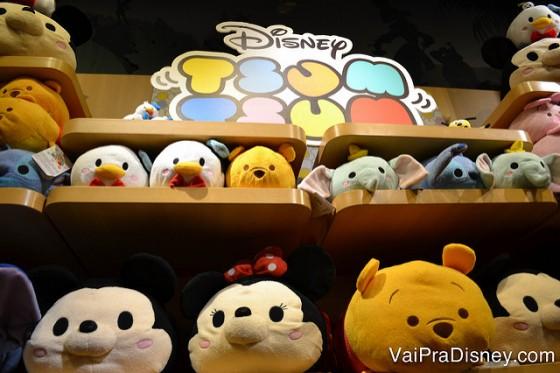 Foto de alguns tsum tsums da Disney em uma prateleira. As mini pelúcias são uma ótima lembrança para colecionar