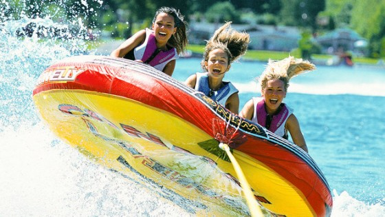 Foto da atividade aquática chamada de Tubing, em uma espécie de barco inflável com 3 pessoas. Foto: divulgação Disney