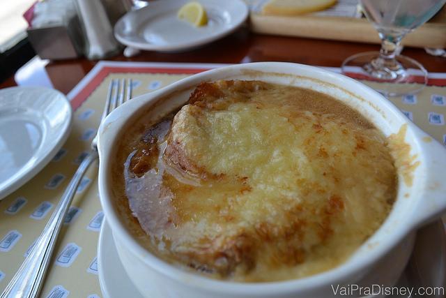 Foto do prato com outra opção de entrada do Chefs de France, a sopa de cebola gratinada com gruyère.